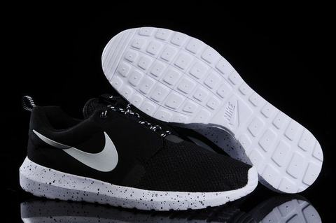 nike roshe run noir point blanc